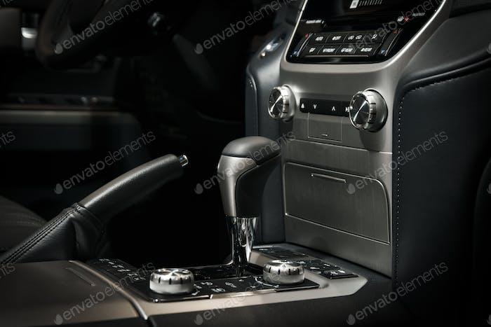Automatikgetriebe Schaltknauf im modernen Fahrzeuginnenraum