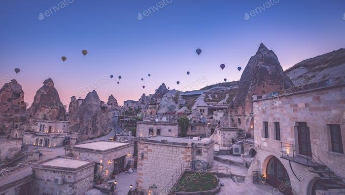 Vintage-Foto von Heißluftballon fliegen über Felsenlandschaft