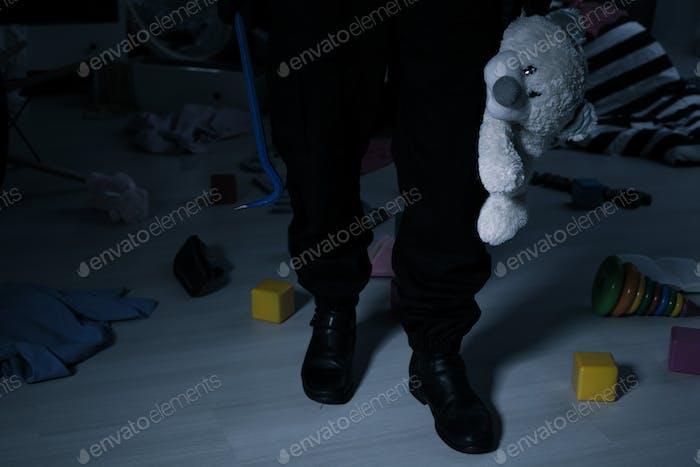 Ladrón con oso de peluche