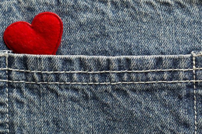 Blaue Jeans Textur Tasche und rotes Herz.