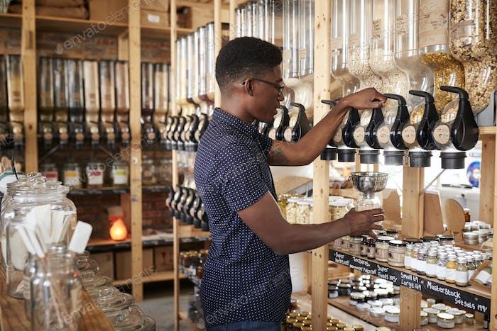 Mann Kauf Getreide und Getreide in nachhaltigen Kunststoff Free Lebensmittelgeschäft