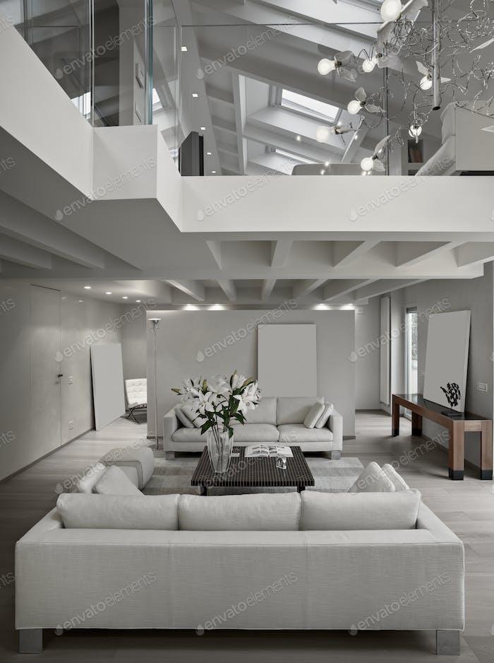 Sala de estar moderna en la habitación del ático