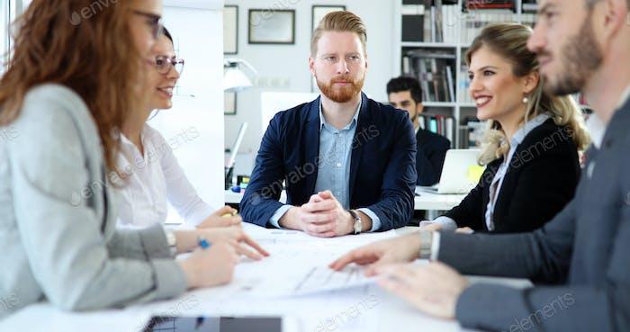 Gruppe von Architekten, die an Geschäftstreffen arbeiten