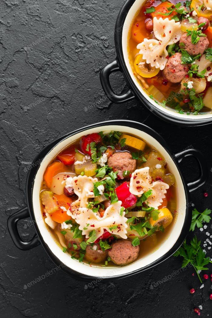 Italienische Minestronensuppe mit Fleischbällchen, Gemüse und Nudeln