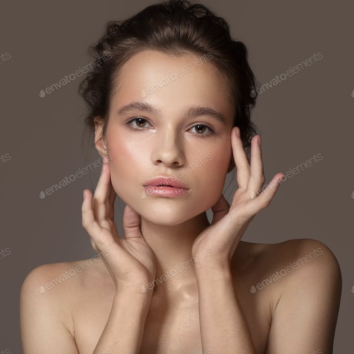 Mode-Porträt der schönen Frau. Klare, natürliche Haut.