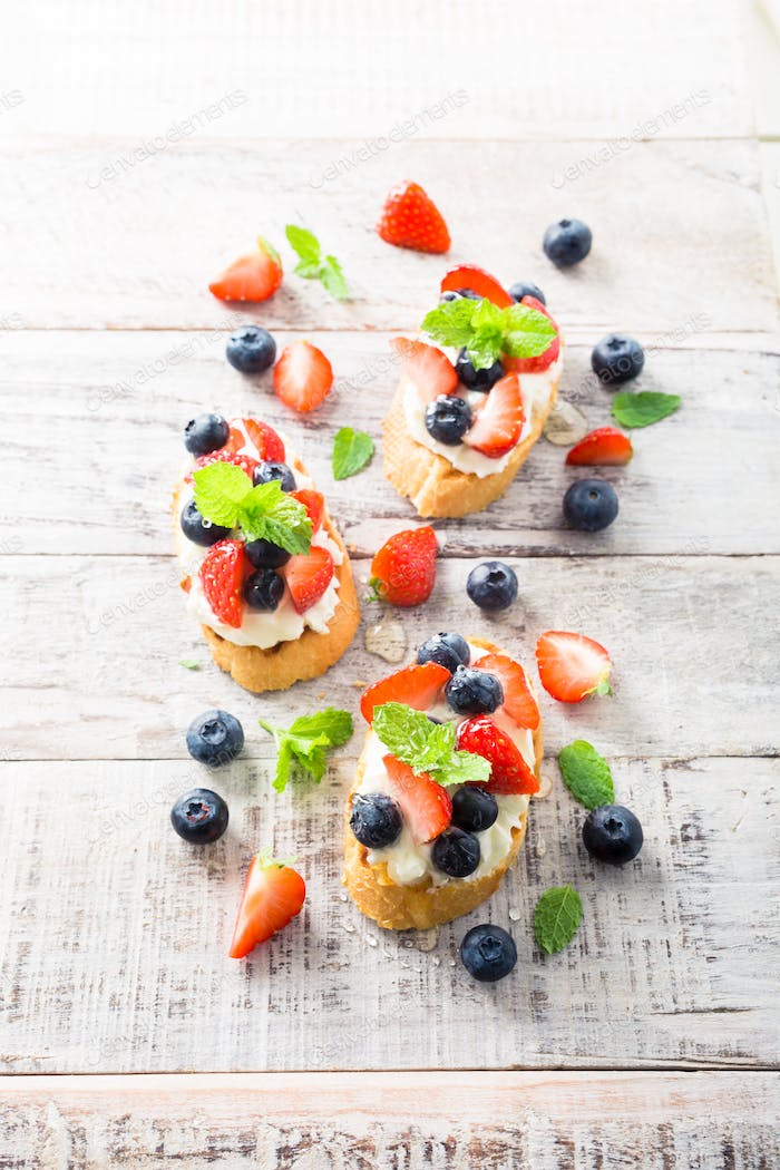Crostini with grilled baguette, cream cheese and berries