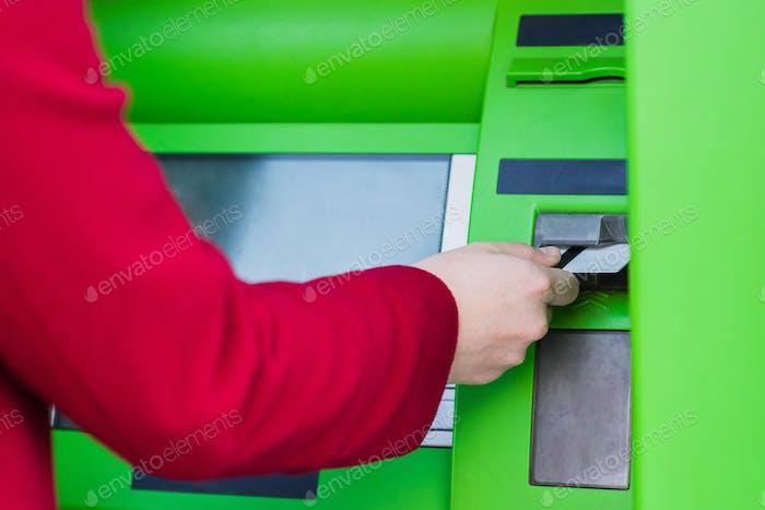 abgeschnittene Schuss von Frau, die Kreditkarte in Geldautomaten