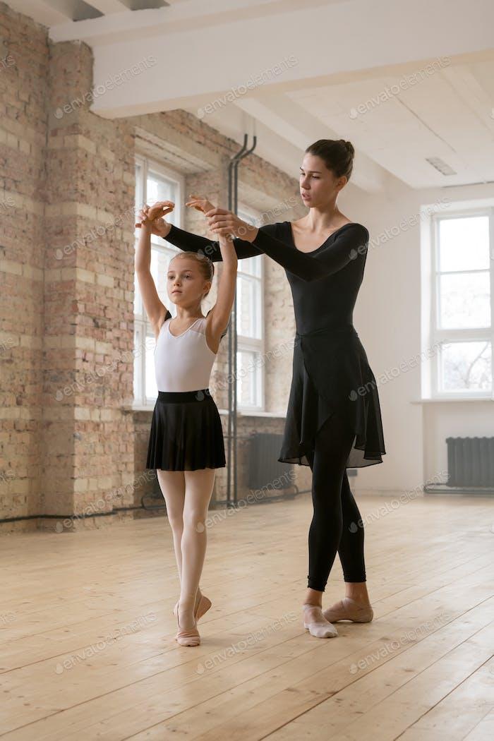 Entrenamiento con el entrenador en el estudio de danza