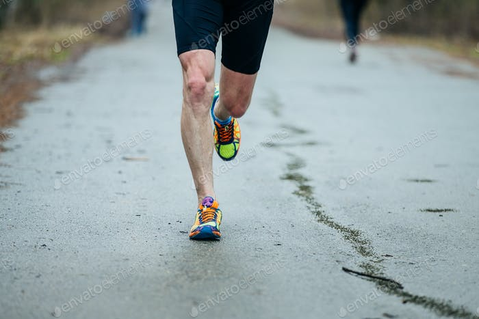 Nahaufnahme Füße der jungen Läufer Männer