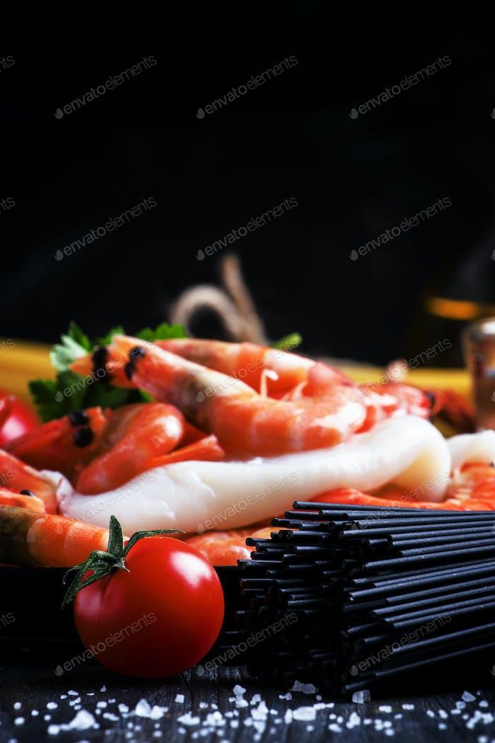 Schwarze Spaghetti, Kirschtomaten, Weißwein, Garnelen, Tintenfisch