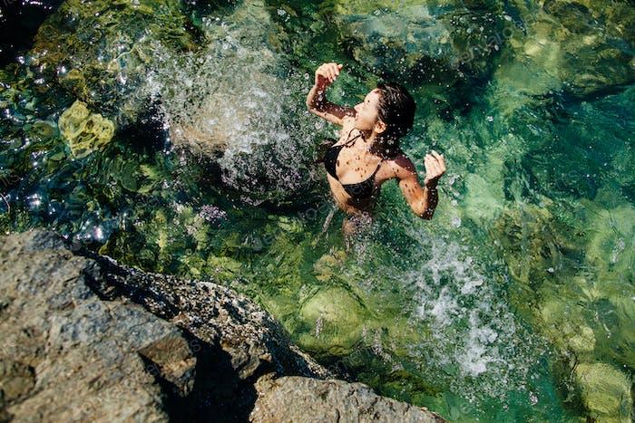 Mädchen im Meer Lagune Luftbild Draufsicht