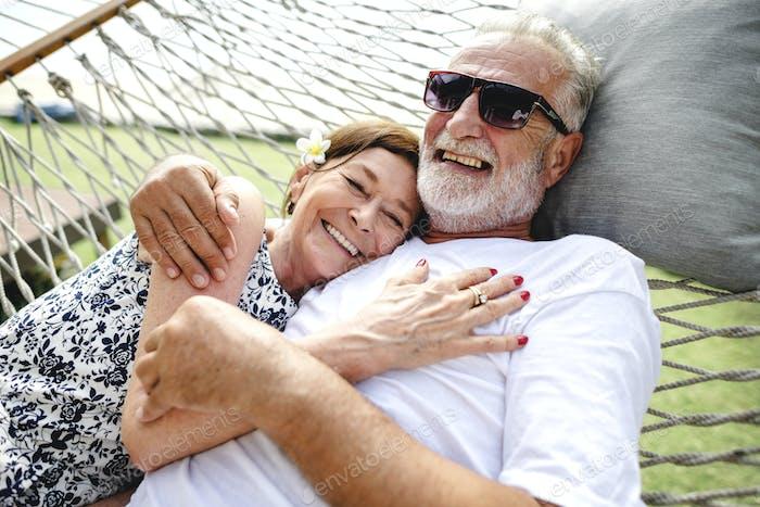precioso maduro pareja en romántico vacaciones
