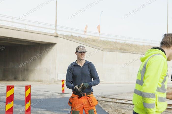 Arbeiter auf der Straßenbaustelle