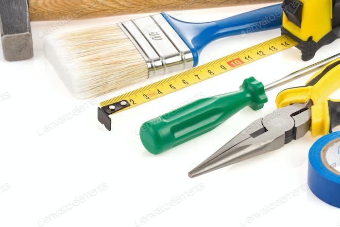 Satz von Werkzeugen und Instrumenten isoliert auf weiß