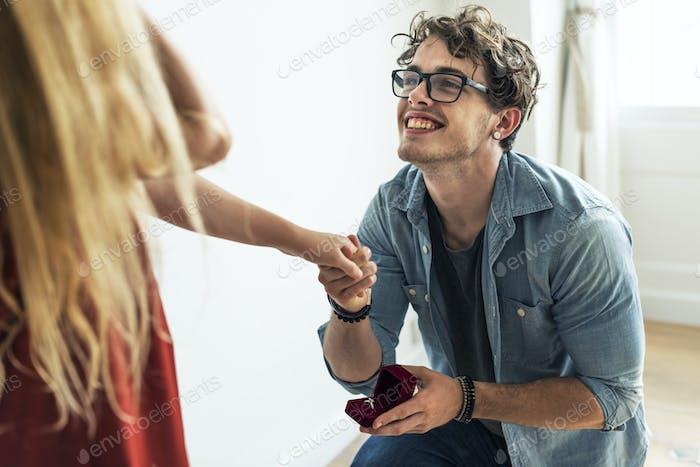 Hombre proponiendo a su novia