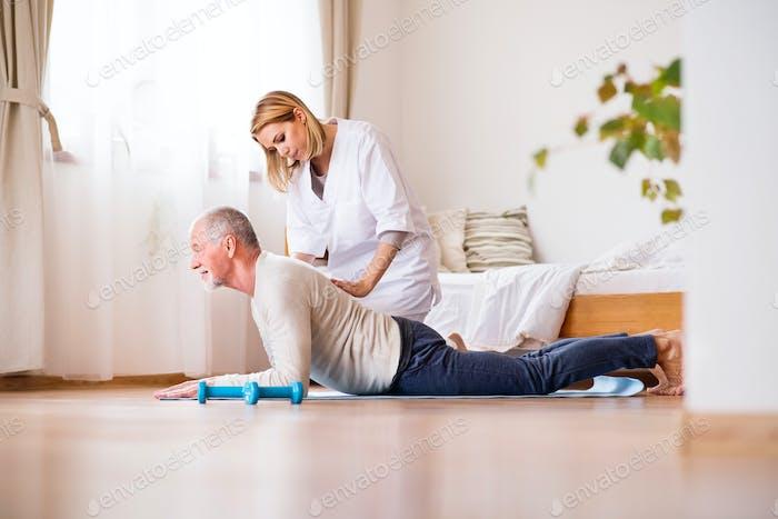 Gesundheitsbesucher und Senior Mann während des Heimbesuchs.