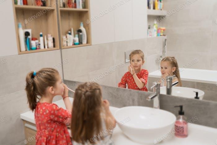 Kinderkosmetik Niedliche kleine Mädchen