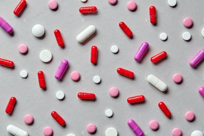 bunte Pillen auf grauem Hintergrund