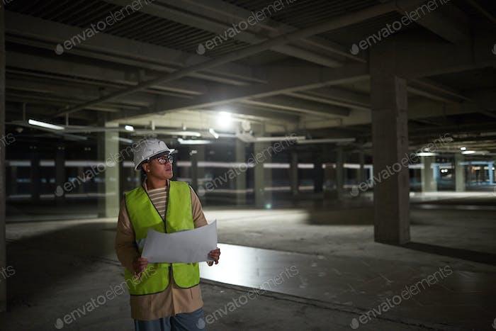 Ingenieurin inspiziert Gebäude