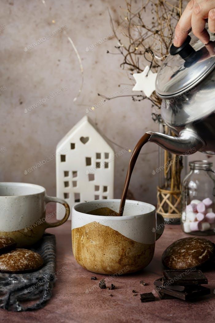 Heiße Schokolade aus einer Wasserkoch-Food-Fotografie gießen