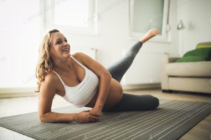 Красивая беременная женщина здоровый образ жизни и фитнес