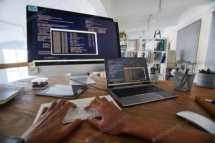 Desarrollador de TI de POV en el lugar de trabajo