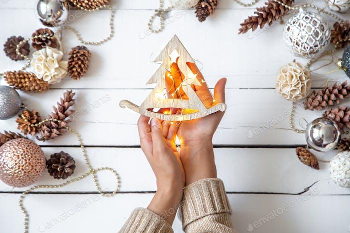 Komposition mit Weihnachtskugeln und Frauenhänden