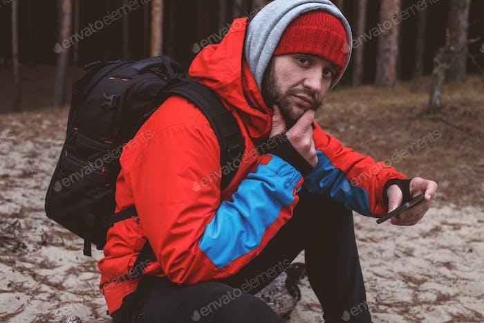 Reisender im Wald mit Telefon