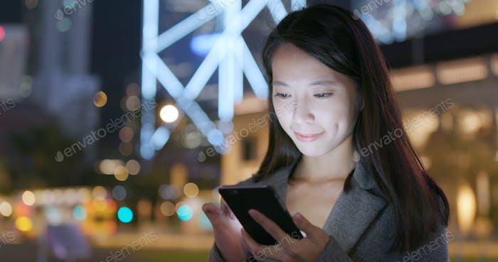 Geschäftsfrau Nutzung von Handy in der Stadt