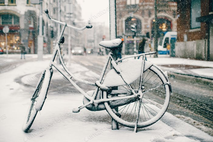 Fahrrad geparkt auf den Straßen von Amsterdam