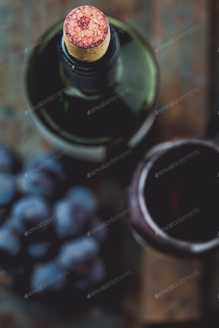 Draufsicht der Rotweinflasche. Makro, selektiver Fokus auf Weinkorken