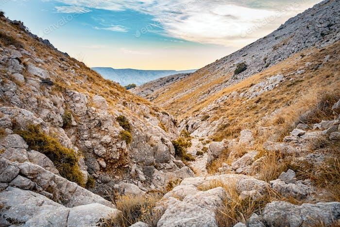 Camino de senderismo en el paisaje del valle de montaña