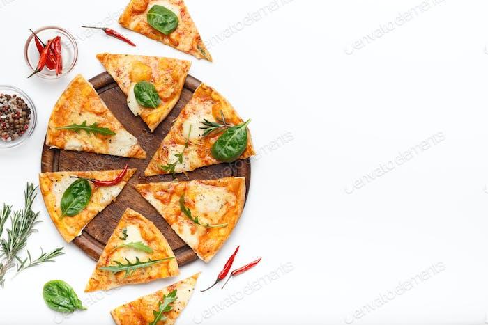 Geschnittene Käse Pizza serviert auf Holzbrett