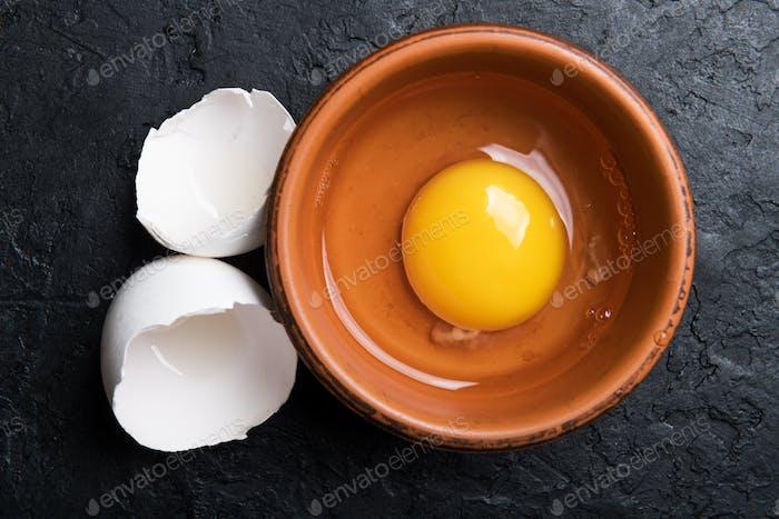 Hühnereigelb aus gebrochenem Bio-Ei