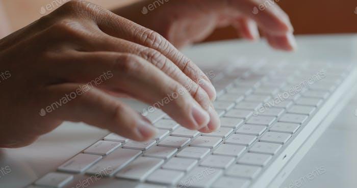 Mann Typ auf Computertastatur