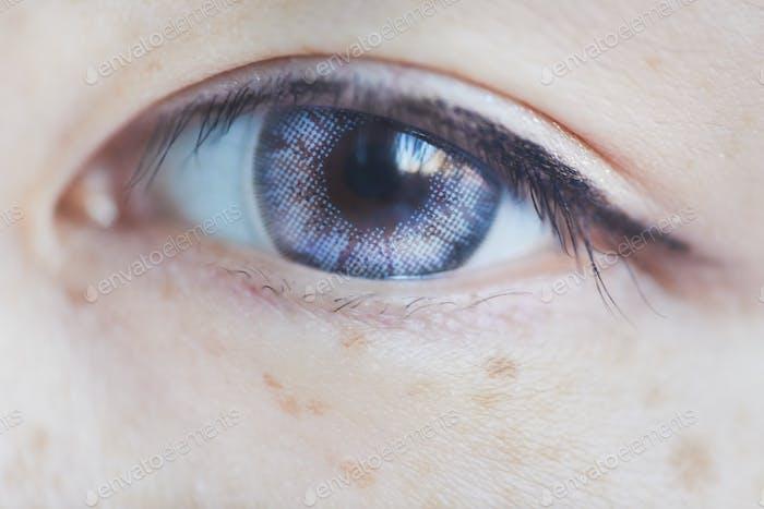 Ojo asiático con lentes de contacto