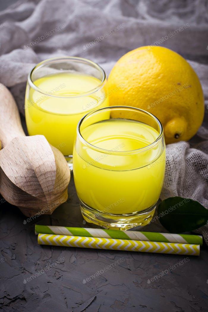 Italienischer Likör Limoncello mit Zitronen