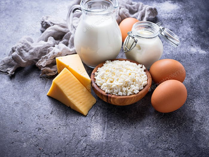 Sortiment von verschiedenen Milchprodukten.