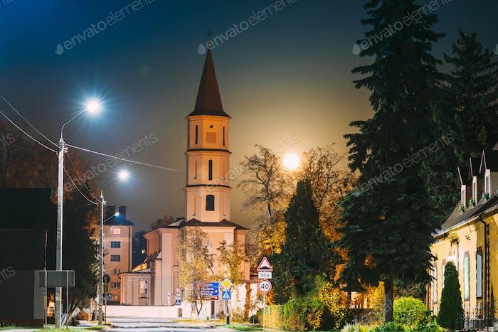 Ruschany, Region Brest, Weißrussland. Aufgehender Mond über Dreifaltigkeitskirche in Herbstnacht. Berühmte historische