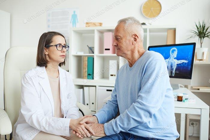 Fürsorgliche Ärztin Hand mit Seniorenpatienten