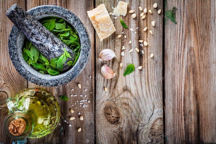 Zutaten für Pesto: Basilikum, Parmesan, Pinienkerne, Knoblauch, Olivenöl