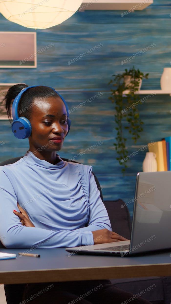 Afroamerikaner mit kabellosen Kopfhörern Online-Kurse