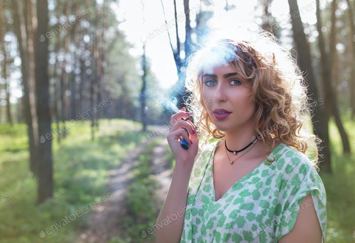 Молодая красивая женщина гуляет по лесу