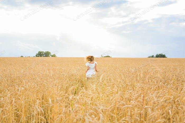 Schönheit Mädchen im Freien genießen die Natur auf dem Feld