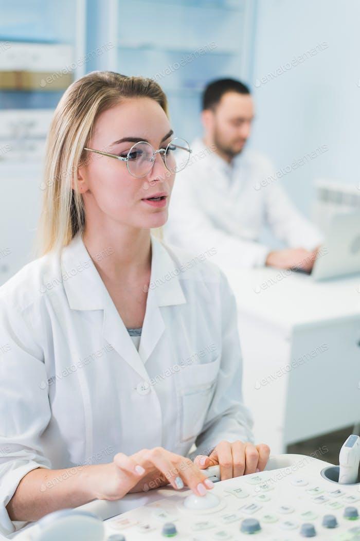 Fröhliche junge Forscher arbeiten im Labor