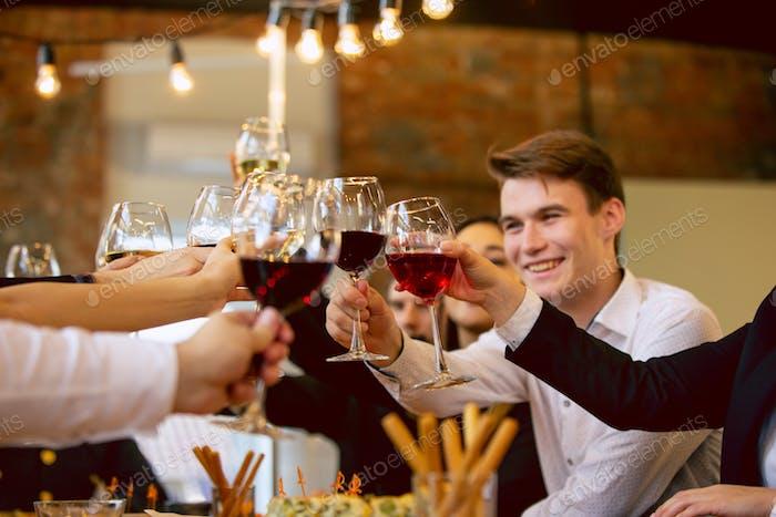 Glückliche Mitarbeiter feiern während Firmenfeier und Unternehmens- veranstaltung