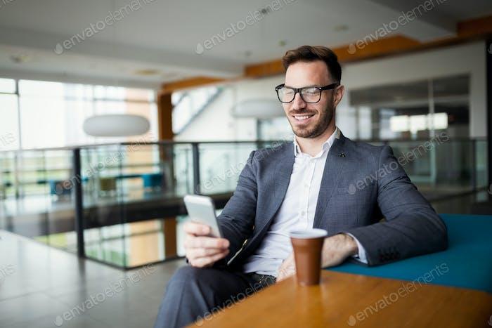 Деловой человек в деловом костюме и чашечку кофе в офисе
