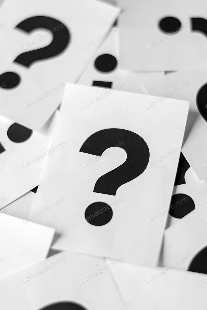 Weiße Karten mit Fragezeichen