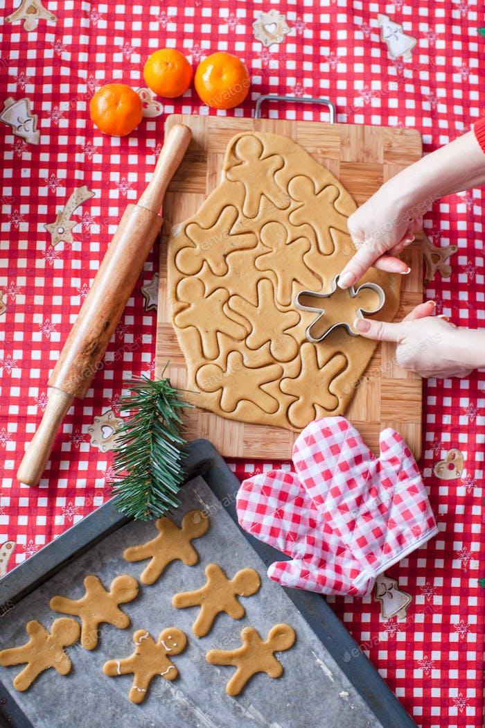 Hände machen aus Teig Weihnachten Lebkuchenmann