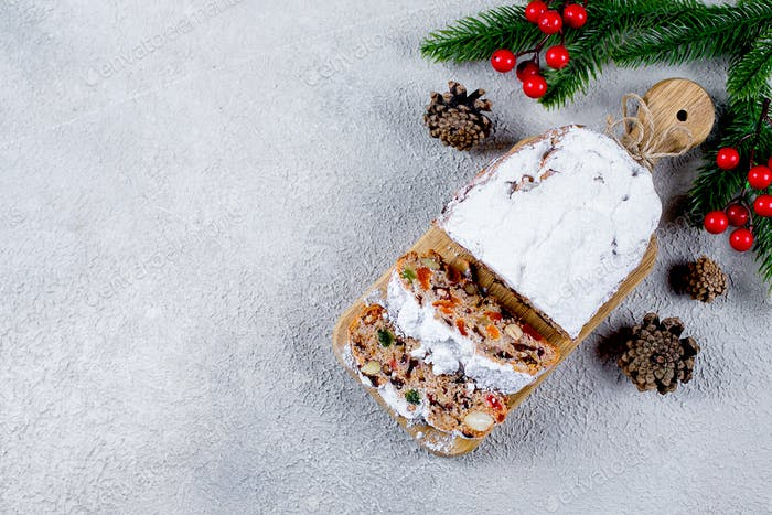 Weihnachtsstollen. Traditionelles Weihnachtsgebäck Dessert mit festlicher Dekoration